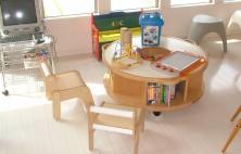 お子さまが楽しく来院できるようにたくさんのおもちゃや絵本を用意しております。