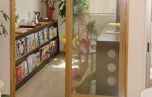 大人のための待合です。歯科に関するパンフレット、育児に関連した新聞切り抜き、たくさんの本・雑誌などを用意しております。