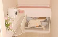 赤ちゃんをお連れのお母さまのための授乳室です。ベビーベット、ポット、ベビーチェアーなどを用意しております。