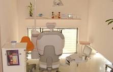 大人の方のための診療台です。お子さまとご一緒でも安心の診療台の傍で遊べる空間や、車椅子が入るスペースがあります。